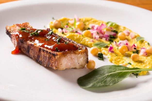 Bacon grelhado com geléia de goiaba, salada de ervilha, agrião e cebola.