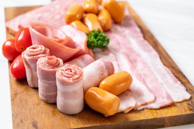 Bacon, linguiça, presunto defumado e bacon para churrasco