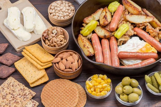 Bacon, linguiça, queijo, vegetais, biscoitos, ovos: ingredientes para o café da manhã continental.