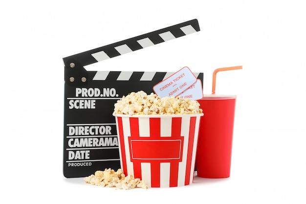 Badalo de filme, copo de papel, balde com pipoca e bilhetes isolados no fundo branco