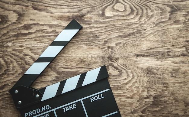 Badalo de filme em fundo de madeira.