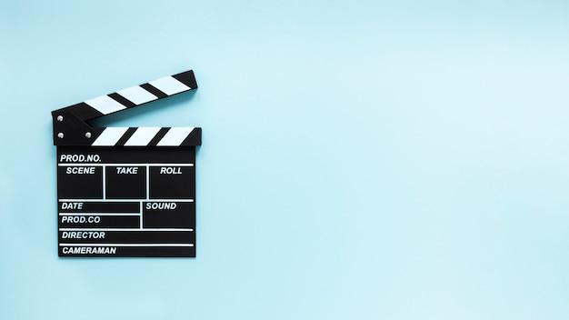 Badalo de filme sobre fundo azul, com espaço de cópia