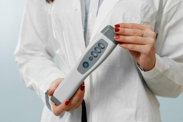 Bafômetro nas mãos do médico closeup