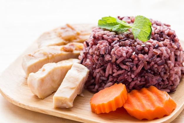 Baga de arroz com peito de frango assado, cenoura e folhas de hortelã
