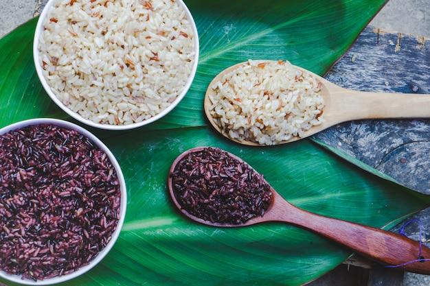 Baga de arroz roxo cozida e arroz integral na tigela