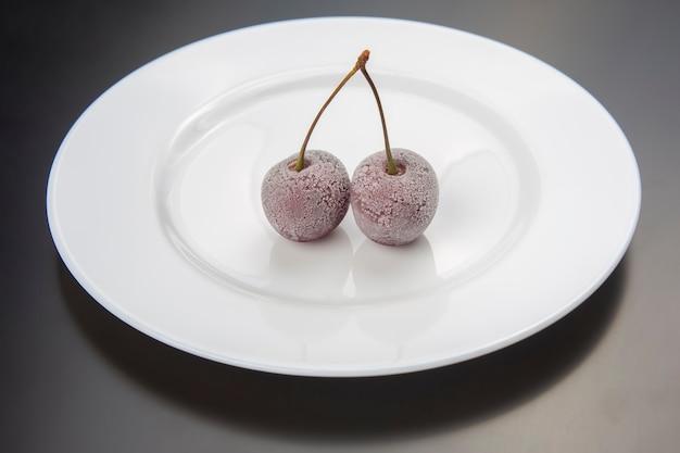 Baga de cereja congelada. frutas e vitaminas. comida saudável no café da manhã. frutos da vegetação. sobremesa de fruta