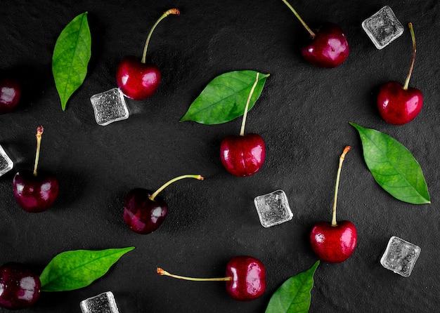 Baga de cereja fresca madura na mesa de madeira