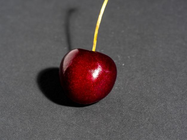 Baga de cereja madura suculenta brilhante isolada