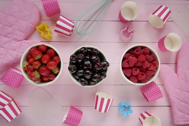 Baga de cozimento. framboesa, cereja, muffins de morango. doces de dieta saudável
