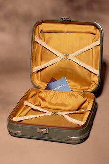 Bagagem aberta com passaporte