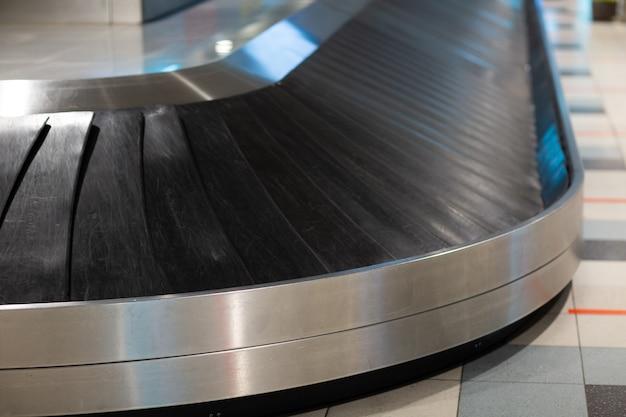 Bagagem de aeroporto vazia com fita adesiva sem malas e bagagens.