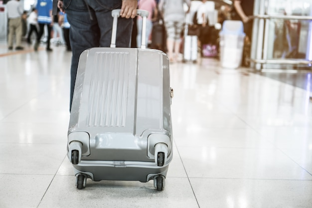 Bagagem de viagem andando no terminal do aeroporto para check-in
