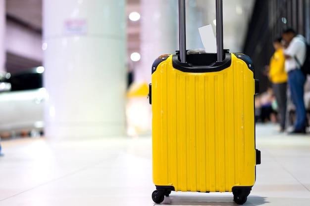 Bagagem de viagem no terminal do aeroporto