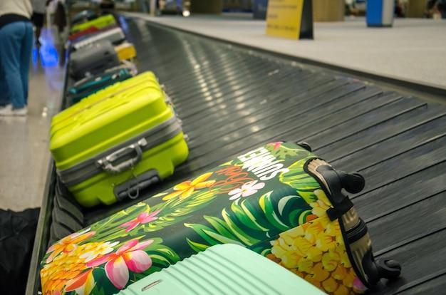 Bagagem na esteira de bagagens no aeroporto