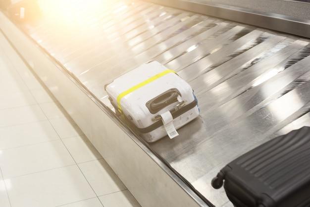 Bagagem na pista no aeroporto