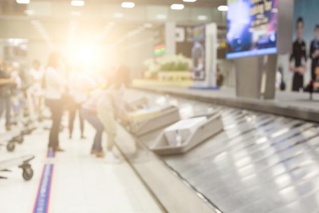 Bagagem na pista no aeroporto Foto Premium
