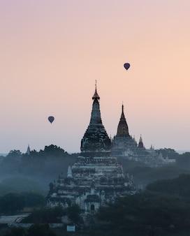 Bagan ao nascer do sol com balão de ar quente, myanmar