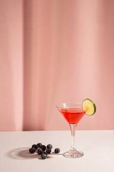 Bagas azuis frescas com bebida cocktail sobre a mesa branca