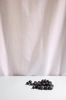 Bagas azuis na mesa em frente a mesa branca