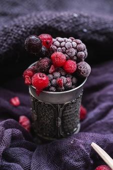Bagas congeladas em uma xícara de prata antiga