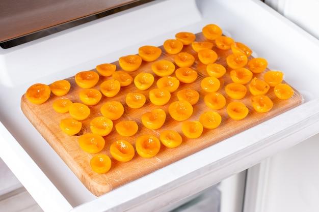 Bagas congeladas no congelador. ameixas congeladas, ameixas cereja na prateleira do freezer.
