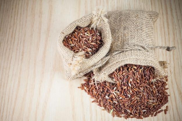 Bagas de arroz em um saco.
