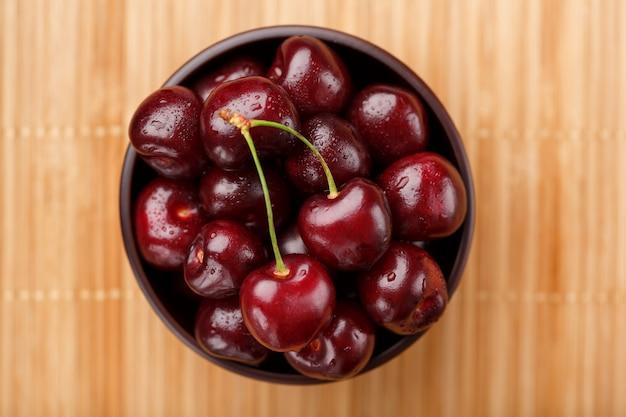 Bagas de cereja maduras e suculentas na madeira