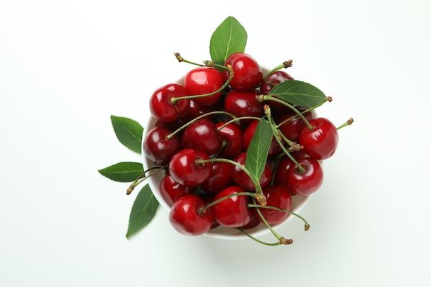 Bagas de cereja vermelhas doces em fundo branco