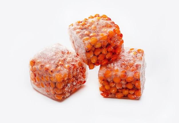 Bagas de espinheiro amarelo congeladas em cubos de gelo comida saudável foto de estúdio