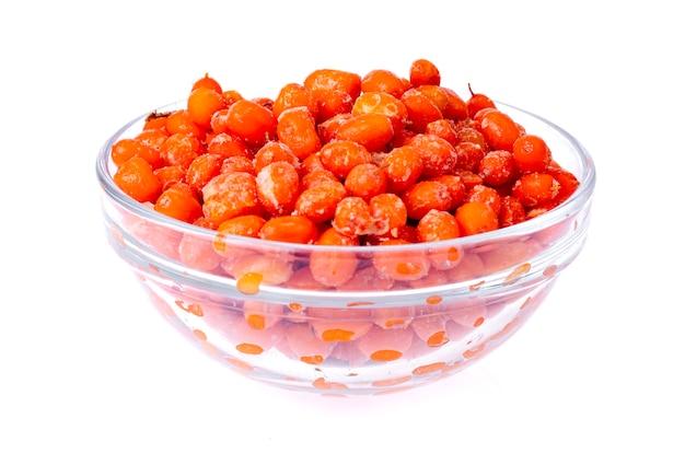 Bagas de espinheiro mar laranja madura congelada em branco.