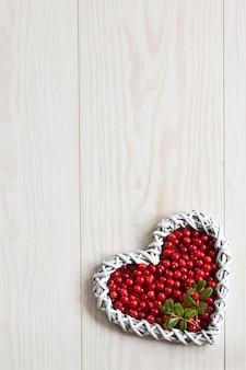 Bagas de floresta vermelha fresca em forma de coração