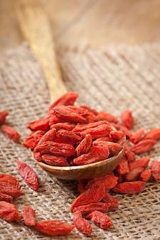 Bagas de goji secas vermelhas na colher de pau