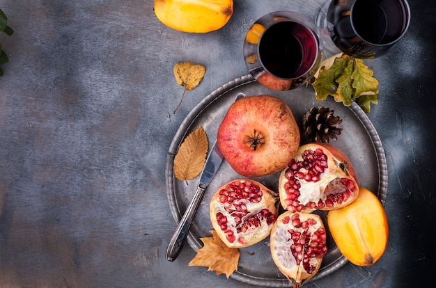 Bagas doces vermelhas em um prato de metal vintage e faca, dois copos de vinho tinto