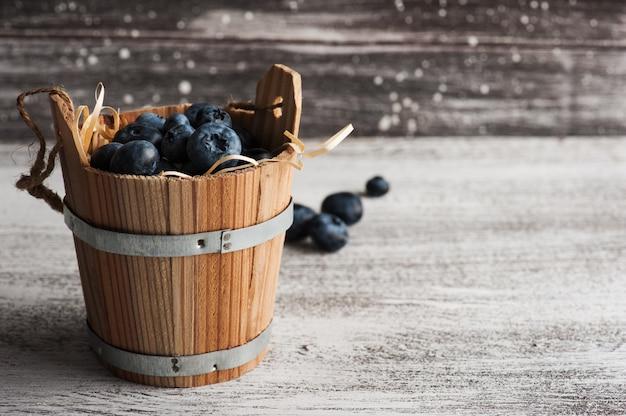 Bagas em bascket na mesa de madeira