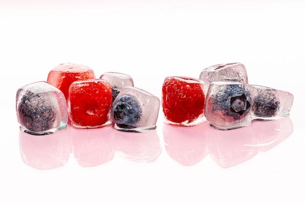 Bagas frescas congeladas em cubos de gelo para bebidas