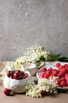 Bagas frescas de cereja e framboesa