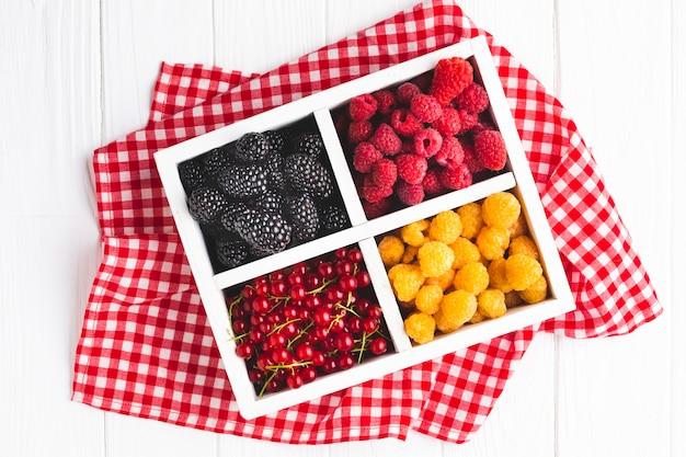 Bagas frescas de configuração plana na toalha de mesa