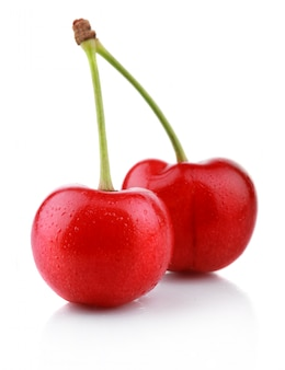 Bagas maduras de cereja molhada isoladas no branco