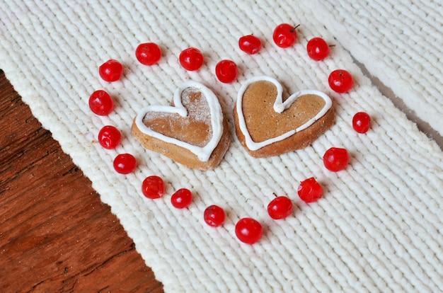 Bagas vermelhas em forma de coração e cookies