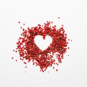 Bagas vermelhas formando coração Foto gratuita