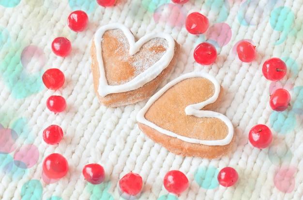 Bagas vermelhas maduras em forma de coração e bolos
