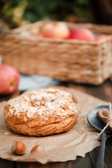 Bagel com castanhas e cesta de maçãs