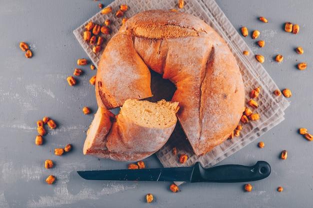 Bagel fatiado em um pano de saco e superfície cinza