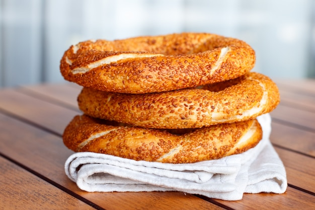 Bagel turco simit com gergelim, pastelaria tradicional da turquia