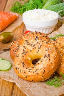 Bagels caseiros com ingredientes para fazer sanduíche
