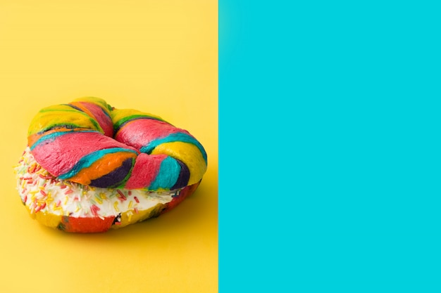 Bagels coloridos em amarelo e azul
