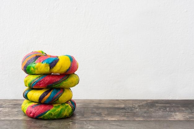 Bagels coloridos em uma mesa de madeira