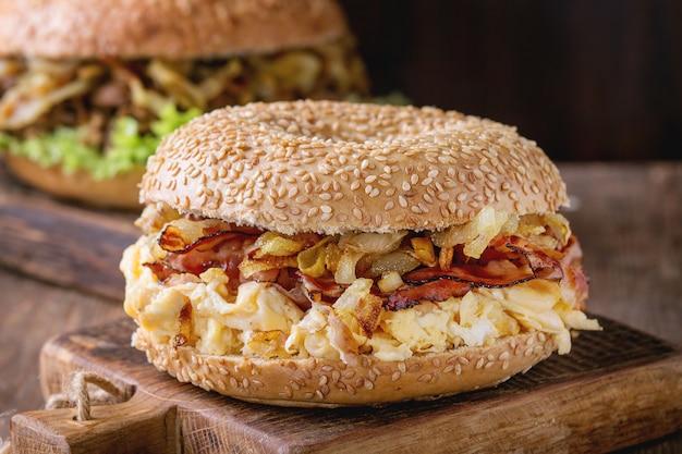 Bagels com bacon e carne