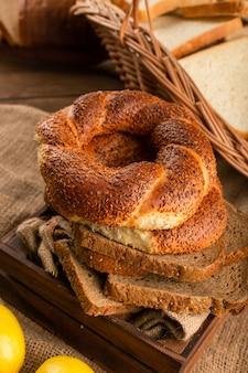 Bagels com fatias de pão na caixa