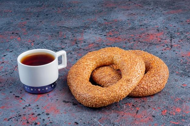 Bagels de gergelim com uma xícara de chá earl grey.